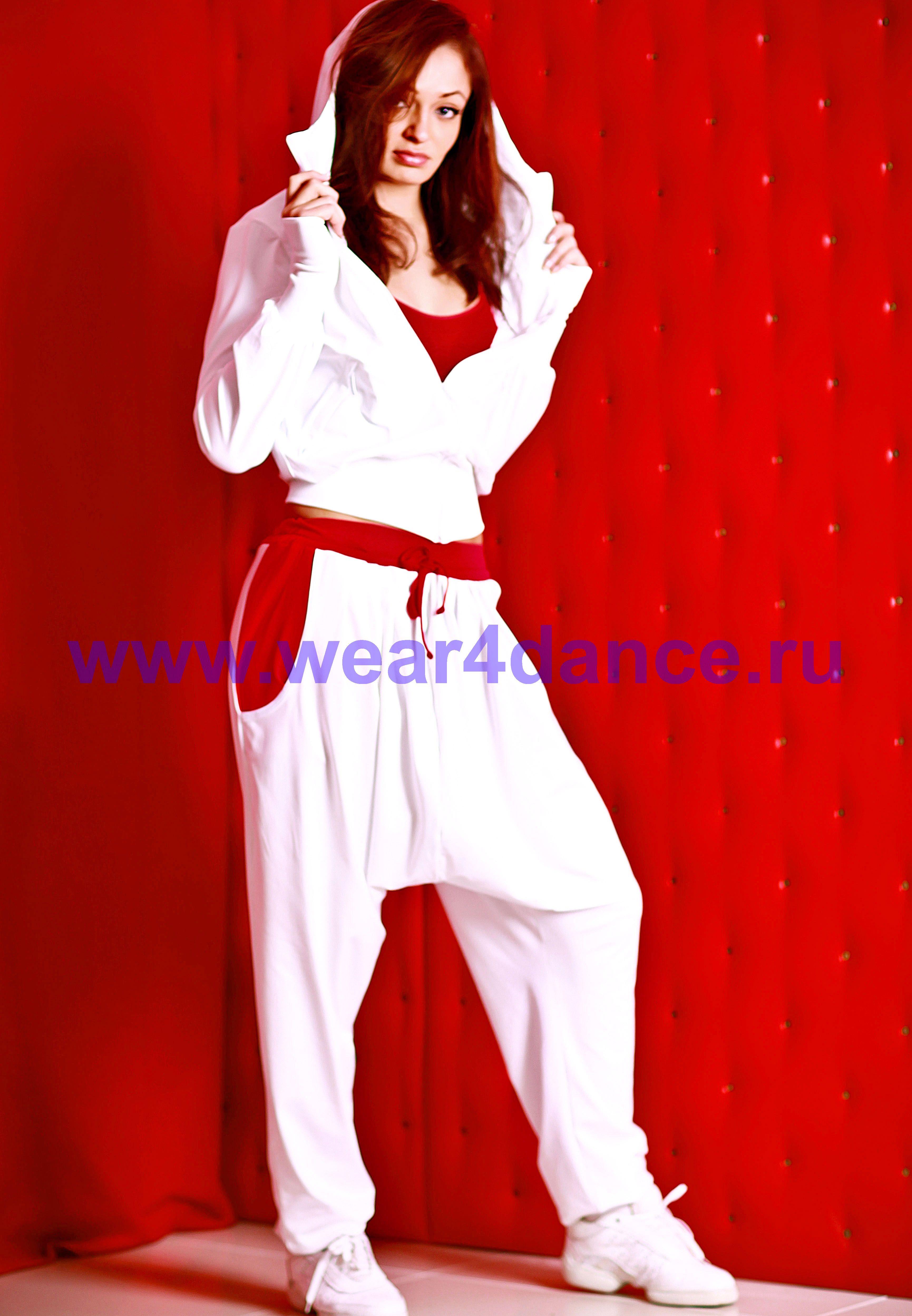 Танцует в белых штанах дома 10 фотография